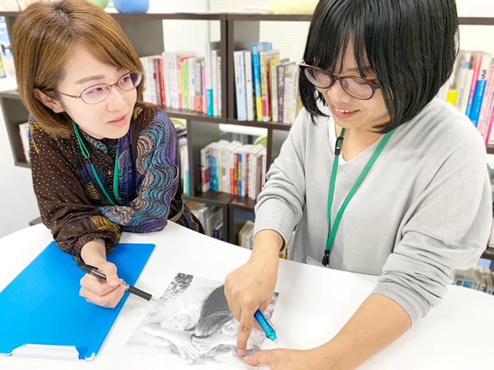 構図を決めている中村さんと末吉さん