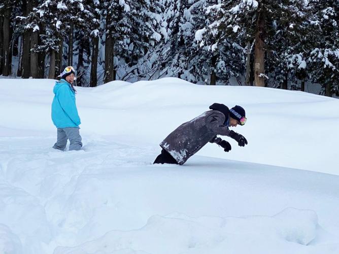 膝まで積もっている雪の中へダイブ!!!