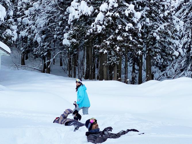 雪遊びを楽しんでいます。