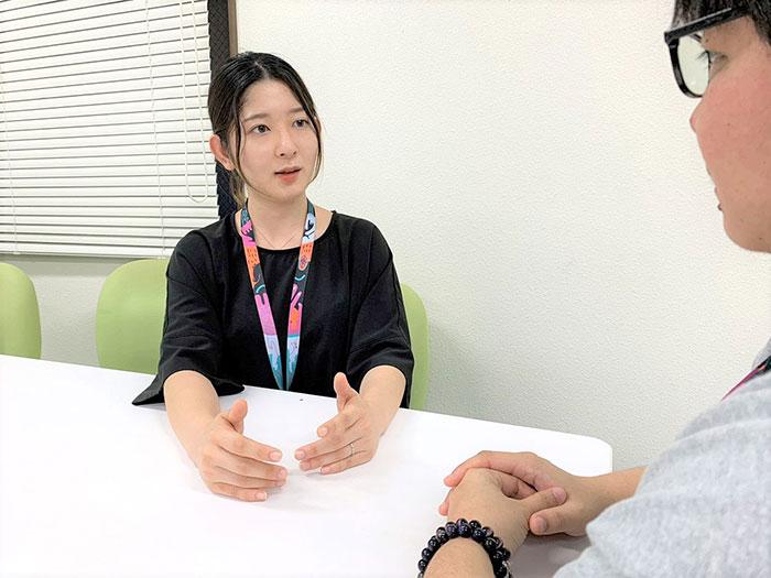 13.呉屋さんが又吉さんから話を聞いている様子