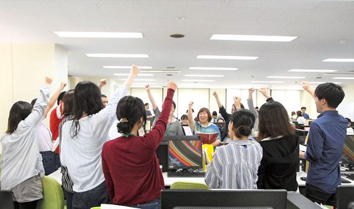 14.沖縄オフィス全員で「おー!」と団結している様子